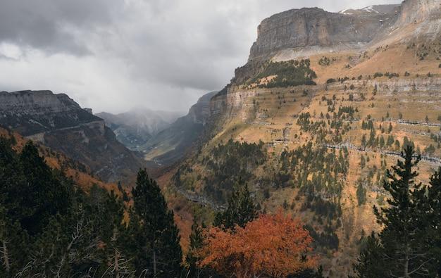 Wandelpad hoog in de besneeuwde bergen ordesa y monte perdido natuurpark in de pyreneeën
