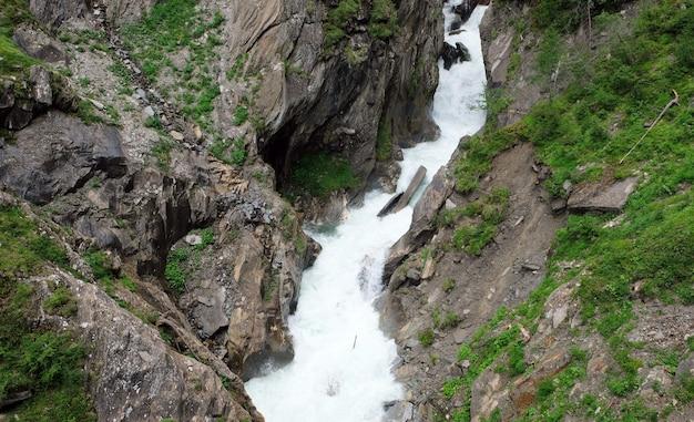 Wandelpad in de rotsen bij een wilde rivier