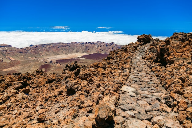 Wandelpad op de top van de vulkanische berg teide in tenerife, canarische eilanden, spanje