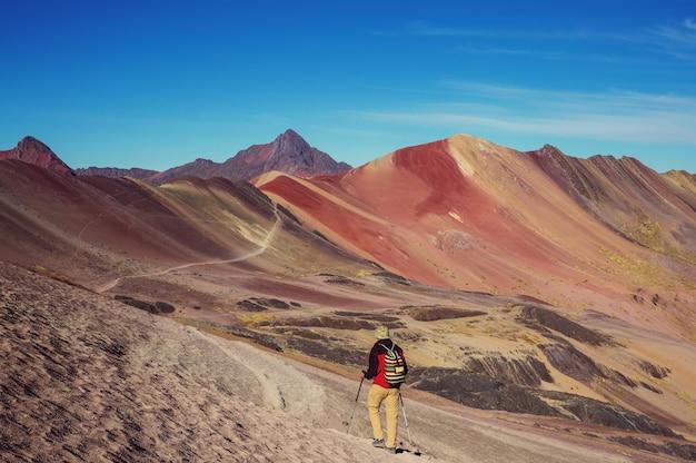 Wandelscène in vinicunca, cusco-gebied, peru. montana de siete colores, rainbow mountain.