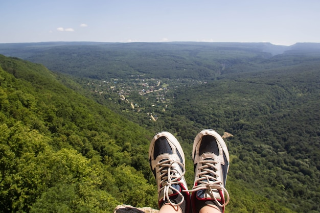 Wandelschoenen die plezier hebben en genieten van een prachtig adembenemend uitzicht op de bergen.