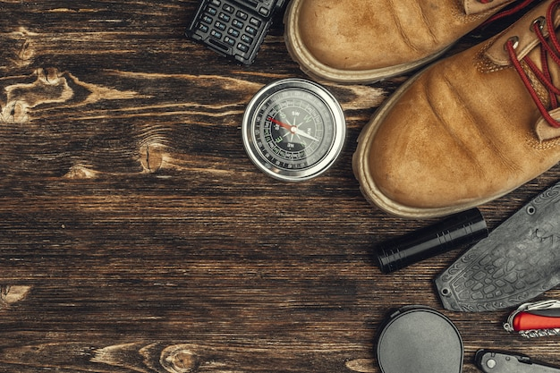 Wandelschoenen, kompas en mes. wandelen buitenuitrusting