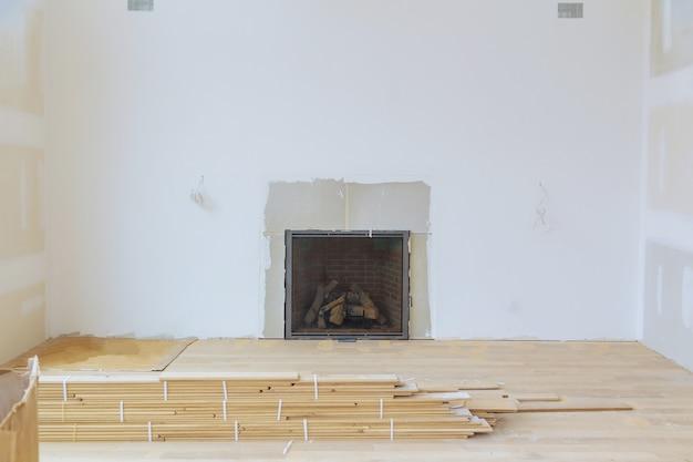 Wanden gipsplaten met kamer in aanbouw met afwerkplamuur in de kamer