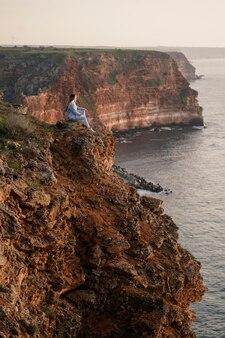 Wanderlust concept met jonge vrouw die geniet van de natuur om haar heen
