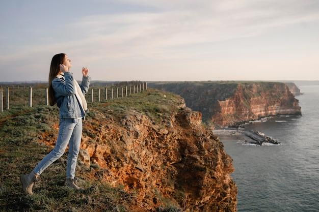 Wanderlust concept met jonge vrouw die geniet van de natuur