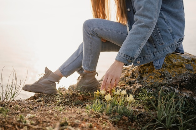 Wanderlust concept met jonge vrouw die geniet van de rust om haar heen