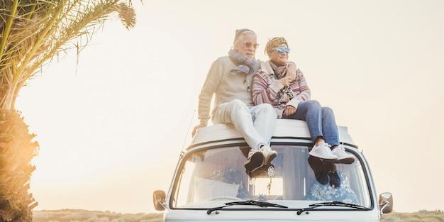 Wanderlust en reisbestemming geluk concept met oude senior mooie paar zitten