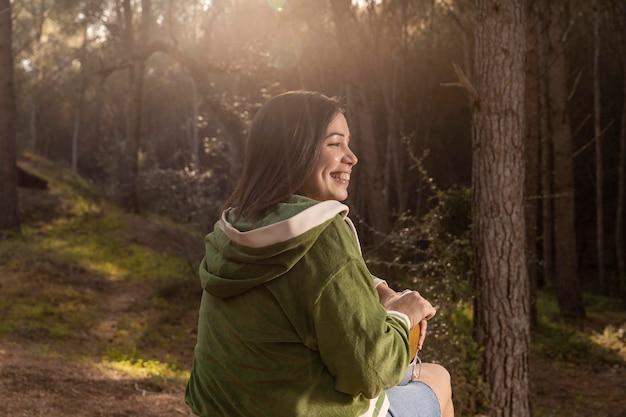 Wanderlust natuurconcept met vrouwelijke reiziger