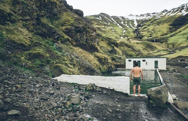 Wanderlust-ontdekkingsreiziger die ijslandse natuurlijke wonderen ontdekt