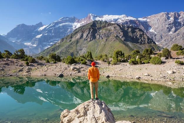Wanderlust tijd. man wandelen in het prachtige fann-gebergte in pamir, tadzjikistan. centraal-azië.