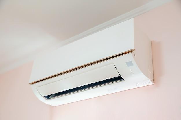 Wandgemonteerde airconditioner in de woonkamer.
