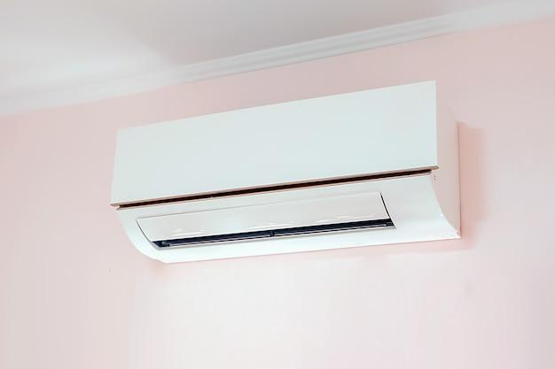 Wandgemonteerde airconditioner.