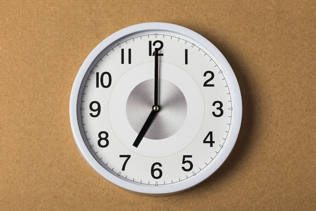 Wandklok met zeven uur