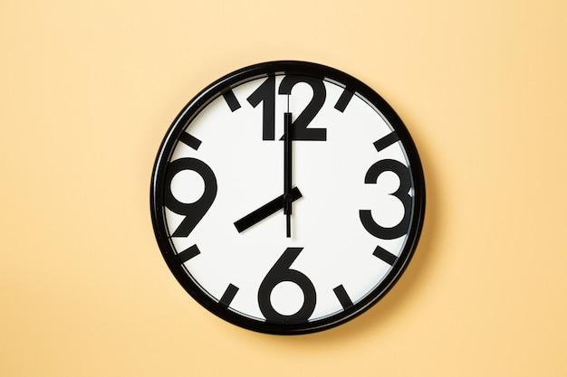 Wandklok tonen acht uur