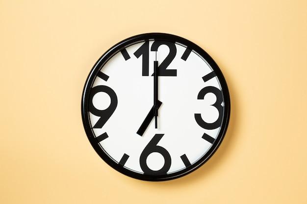 Wandklok tonen zeven uur