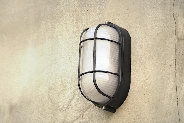 Wandlamp op cementvloer