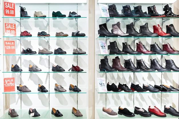 Wandstandaard planken met herfstleren schoenen voor dames en heren
