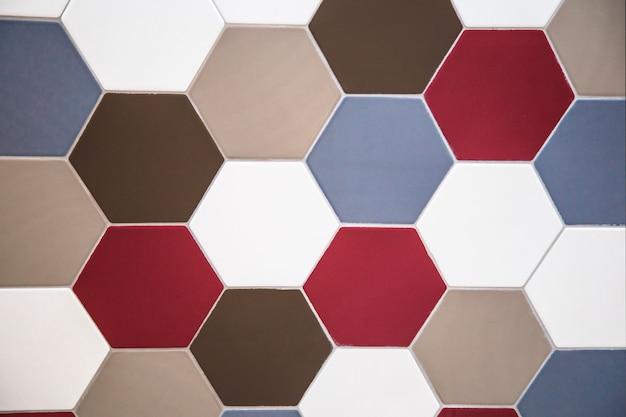 Wandtegel zeshoekige tegel rood blauw en bruin