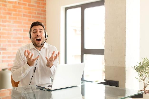 Wanhopig en gefrustreerd, gestrest, ongelukkig en geïrriteerd, schreeuwend en schreeuwend?