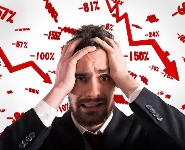 Wanhopige en ontmoedigde zakenman met dalende tarieven