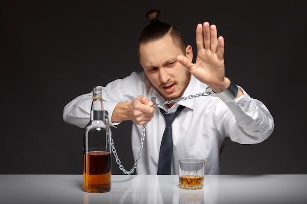 Wanhopige mens met alcoholproblemen