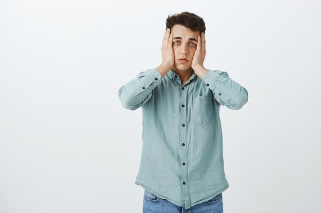 Wanhopige vermoeide mannelijke student in casual overhemd