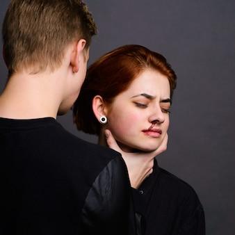 Wanhopige vrouw met agressieve echtgenoot in de conceptie van huiselijk geweld