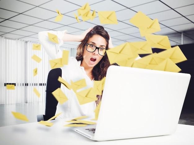 Wanhopige vrouw op kantoor voor te veel e-mail