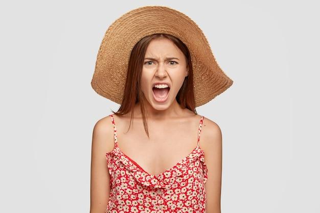 Wanhopige woedende vrouw houdt haar mond open