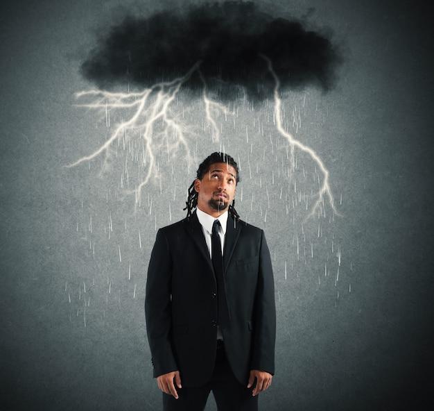 Wanhopige zakenman met wolk boven zijn hoofd