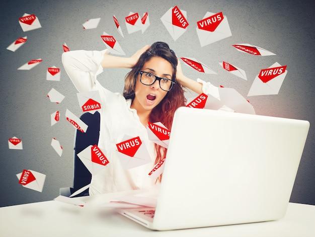 Wanhopige zakenvrouw kijkt naar de brieven die van de computer komen