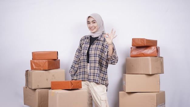 Wanita azië berjualan online sangat sukses. ada banyak kotak yang perlu dikirim ke pelanggan dengan latar belakang putih terisolasi
