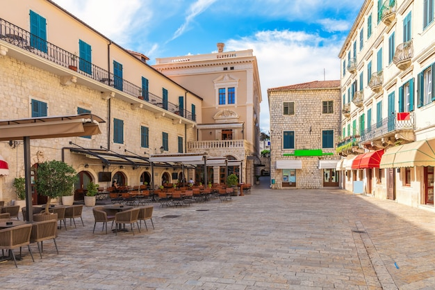 Wapenplein in de oude binnenstad van kotor, montenegro.