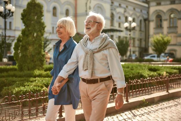 Ware liefde heeft geen houdbaarheidsdatum gelukkig en mooi bejaarde echtpaar hand in hand tijdens het wandelen
