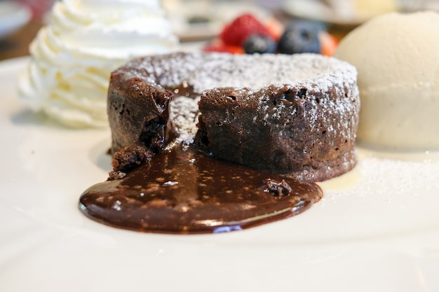 Warm chocolate lava cake met bite taken uit molten center, ijs