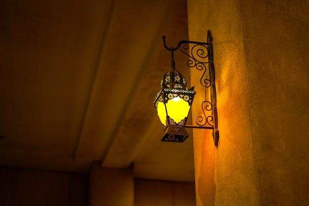 Warm elektrisch traditioneel uitziend licht