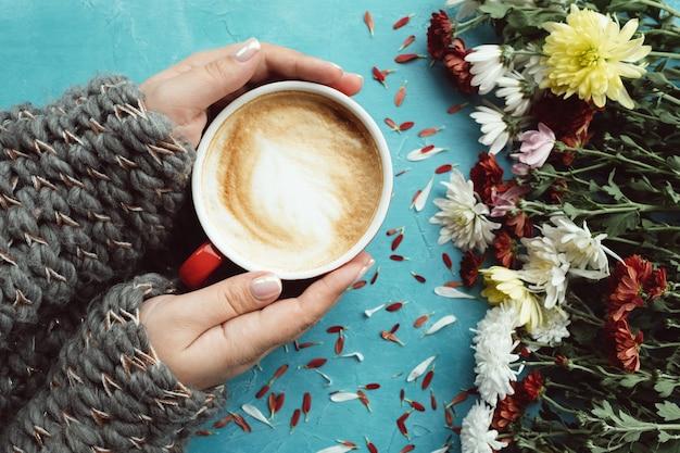 Warm en comfortabel concept. warme cappuccino van de cacaokoffie op een koude herfstdag. brei wol concept
