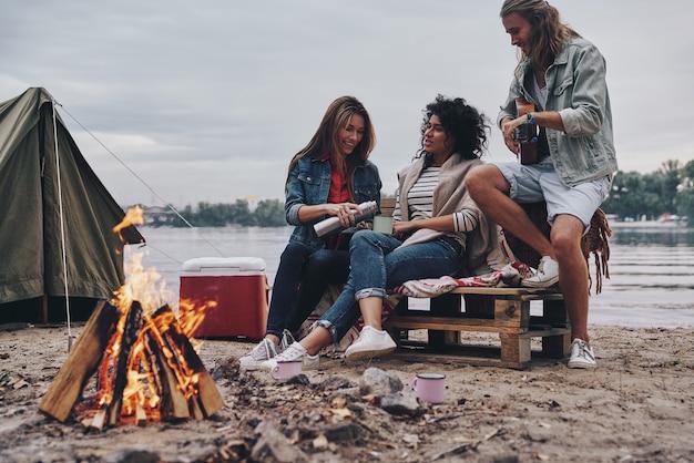 Warm en gezellig. groep jongeren in vrijetijdskleding glimlachend