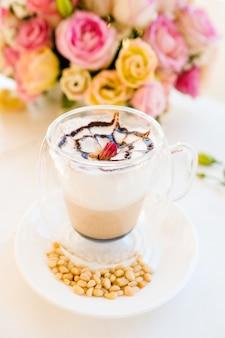 Warm en heerlijk cappuccino-koffieconcept. restaurant drankjes. professioneel barista-werk.