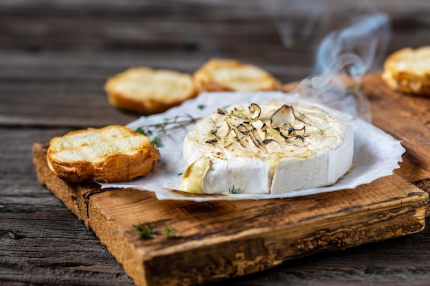 Warm gebakken of gebakken gegrilde camembert of brie kaas