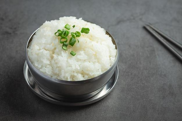 Warm gekookte rijst in kom