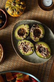 Warm getinte achtergrondafbeelding van zelfgemaakte gezonde voeding op herfst diner tafel,