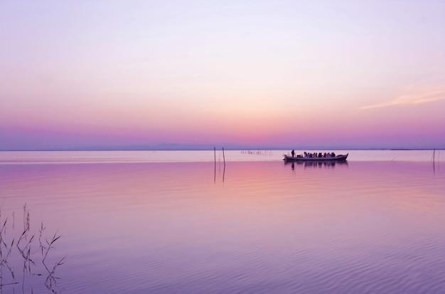 Warm tafereel van herfstkleuren op het albufera-meer in valencia, spanje met plezierboten