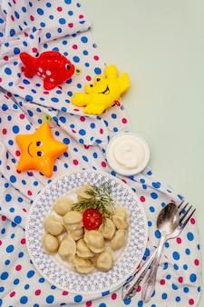 Warm vleesballetjes met verse zure room. zelfgemaakte gezonde kindervoeding, grappig speelgoed