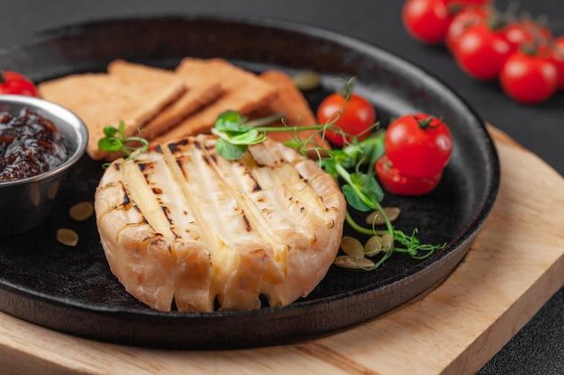 Warm voorgerecht gebakken camembert of brie kaas met jam