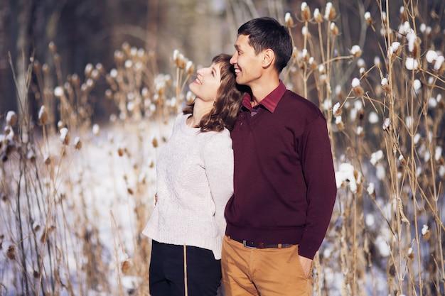 Warm winter portret van man en vrouw van aziatische en kaukasische race
