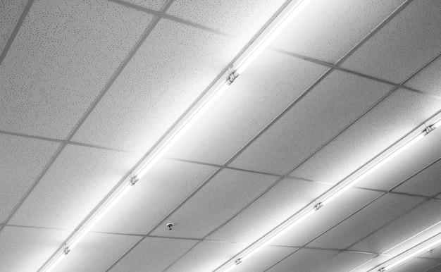 Warm wit fluorescerend of neonlicht op het plafond