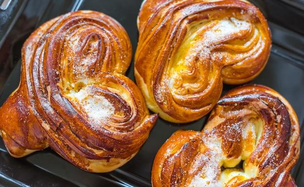 Warme broodjes op een bakplaat