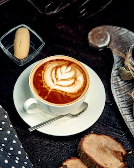 Warme cappuccino met koekje op tafel