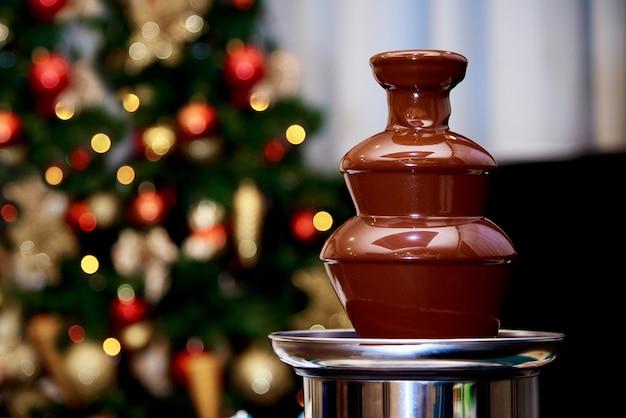 Warme chocoladefontein op de van de kerstboom.